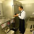 Francesco, responsabile HACCP, verifica in laboratorio
